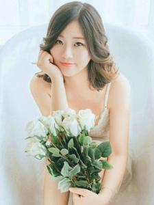 纯白吊带睡衣美女气质私房写真