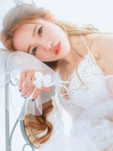 朦胧雪白的床上美女唯美私房粉嫩写真