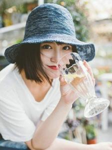随性洒脱女子植物温室内娇艳如花写真