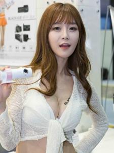 韩国超短牛仔裤美女车模露美胸脯写真