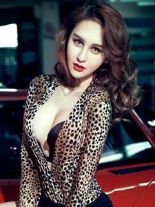 浓妆妖艳美女车模豹纹装展现惹火诱人身姿写真