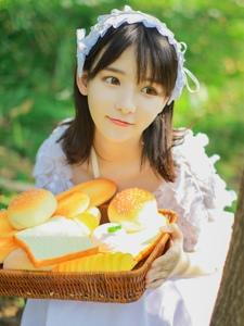 瓜子脸清纯女孩公主造型白裙写真