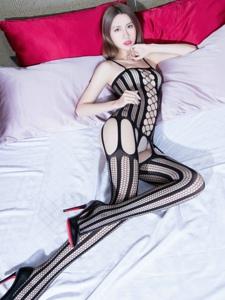 躺在床上穿着连身丝袜的美女Stephy诱惑迷人写真