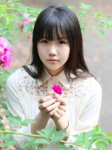 白皙文静的刘海美女大学生阳光温馨迷人写真