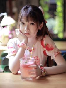 樱桃小嘴刘海美女清新可爱养眼写真