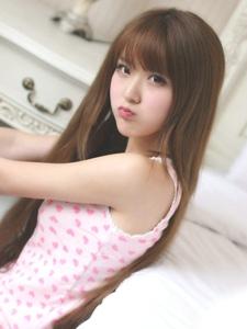 刘海粉红美少女短裤秀腿俏丽写真