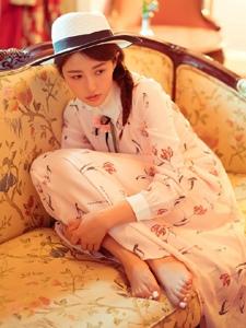 民国装扮的邻家少女小旅馆温馨写真
