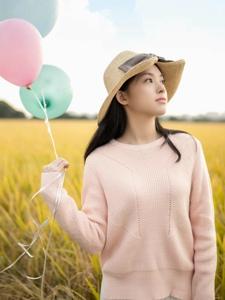稻田里的清纯女孩感受着大自然的清新气息