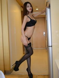 酒店高跟鞋模特芊芊黑丝长腿丁字裤火辣写真