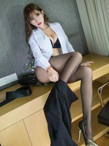 性感女神制服短裙美腿黑丝诱惑写真