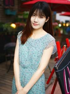 连衣短裙少女户外甜美俏丽写真