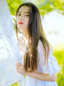 甜美女生化身森林精灵阳光甜美温馨红唇写真