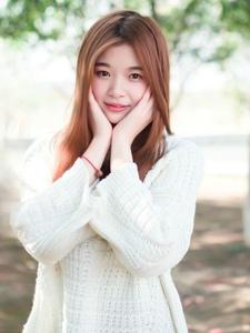 清纯美少女公园温馨写真甜美迷人