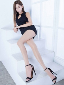 黑色短裙性感美腿女人美腿十分吸引人