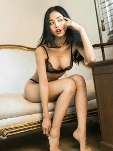 蕾丝内衣模特诱人酥胸沙发写真无限诱惑