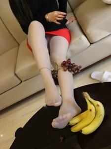 小图妹私房水果与白色丝袜极致诱惑写真