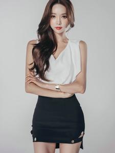 精明干练的中分美女模特黑白装上演质感诱惑