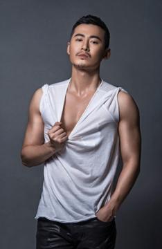 肌肉帅哥魏巍霸气写真图片 性感挑战背心黑与白!