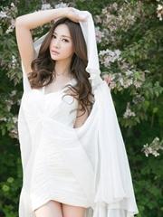 柳岩樱唇微启眉若细柳 白裙纯美气质优雅