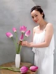 44岁陶虹捧荷花拍写真 气质清新脱俗