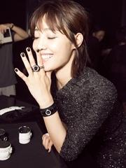 白百何出席时尚活动 黑色刺绣裙显绰约风姿