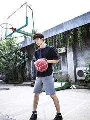 刘芮麟曝篮球写真 运动少年显阳光帅气