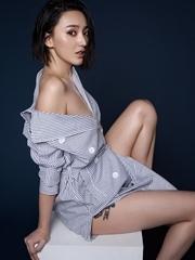 艾晓琪写真仅条纹遮身 香肩美腿一览无遗