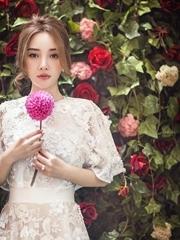 李小璐再披婚纱拍写真 秀酥胸美似花仙子