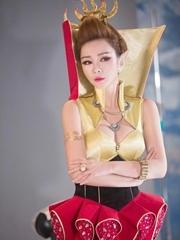 柳岩穿土豪金连衣裙出境 性感造型秀双峰