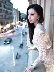 范爷穿白裙似天鹅 凹造型吹海风放空
