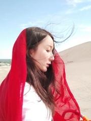 娄艺潇沙漠秀长腿 披红纱巾展异域风情
