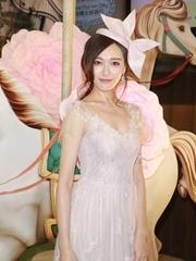 仙气足!唐嫣粉色蕾丝裙秀身段 头饰吸睛