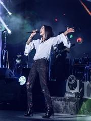 谭维维音乐节变摇滚妹 白衬衫露肩秀纹身