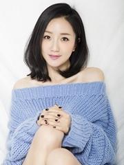 李倩清新露香肩美腿 慵懒女神范性感撩人