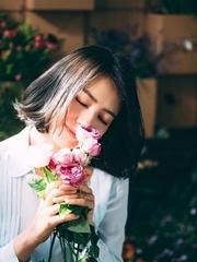 高圆圆花店拍写真 温婉美好人比花还娇艳