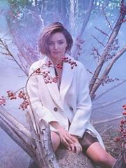 米兰达可儿唯美出镜 烟雾缭绕梦幻飘渺