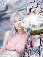 刘亦菲裸背变身白发美魔女