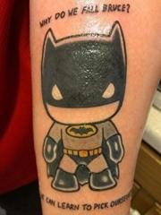 小腿上可爱的黑色蝙蝠侠纹身图片