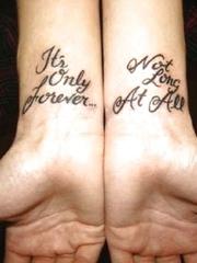 手腕处的多式样英文字纹身图案