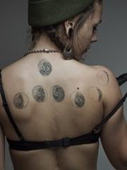 纯黑色点刺纹身图案来自弗朗索瓦