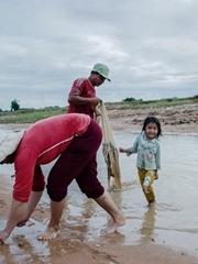 高棉捕鱼家人