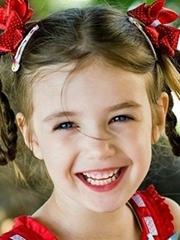 小女孩蘑菇头扎辫