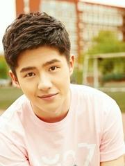 帅气少年刘昊然户外写真
