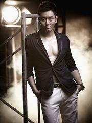 李东学写真大秀腹肌 面容俊朗性感十足