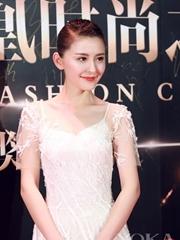 热依扎白色纱裙亮相时尚盛典