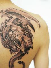 男性后肩背经典超酷的黑白欧美龙刺青作品