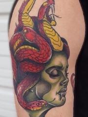 手臂上满头红色蛇的美杜莎纹身图片