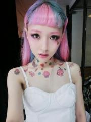 女生围绕颈部的各种小图案清新彩绘纹身图案