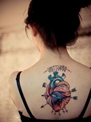 美女后背个性心脏之眼纹身图案