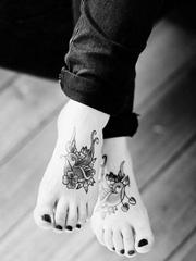 女性脚背上漂亮的纹身图案